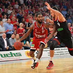 21.06.2015, Brose Arena, Bamberg, GER, Beko Basketball BL, Brose Baskets Bamberg vs FC Bayern Muenchen, Playoffs, Finale, 5. Spiel, im Bild Bradley Wanamaker (Brose Baskets Bamberg / links) versucht sich gegen Vasilije Micic (FC Bayern Muenchen / rechts) durchzusetzen. // during the Beko Basketball Bundes league Playoffs, final round, 5th match between Brose Baskets Bamberg and FC Bayern Muenchen at the Brose Arena in Bamberg, Germany on 2015/06/21. EXPA Pictures &copy; 2015, PhotoCredit: EXPA/ Eibner-Pressefoto/ Merz<br /> <br /> *****ATTENTION - OUT of GER*****