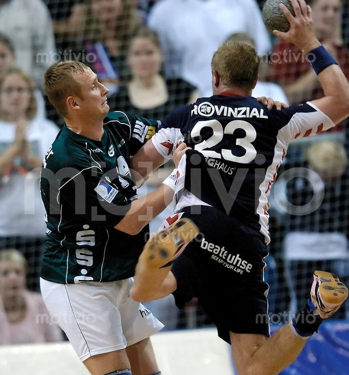 Handball Herren, 1.Bundesliga 2004/2005 Campushalle (Germany) SG Flensburg/Handewitt - FrischAuf! Goeppingen (31:28) rechts Joachim Boldsen (Flensburg) am Ball, wirf von links Andrins Stelmokas (FAG) gehalten.
