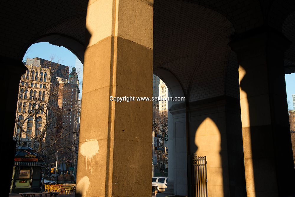 New York. the arch of the municipal buiding in lower Manhattan area    /  yje municipal building