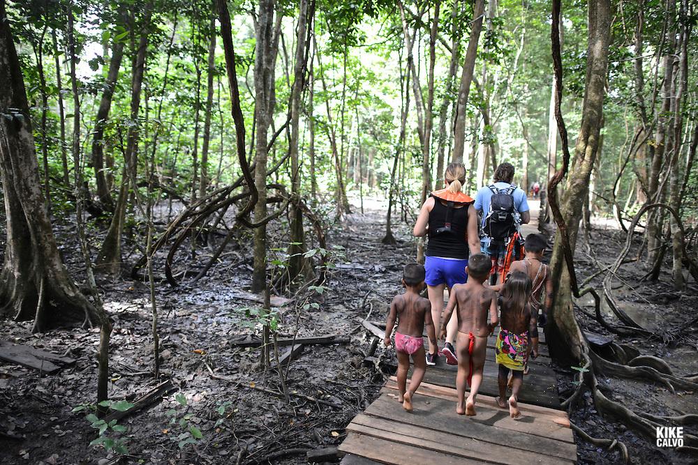 Tourists arriving at the Embera Indigenous Community of La Chunga. Sambu District. Darien Region.