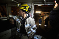 Valentina Zurru sul mezzo che porta i minatori sui posti di lavoro lungo le lunghe gallerie a meno 400