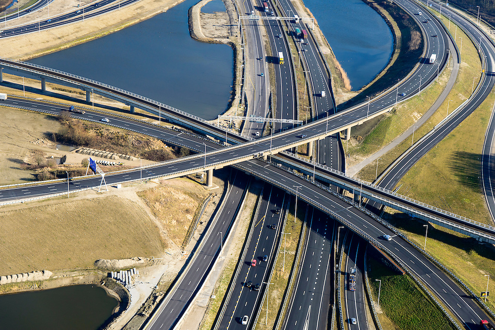 Nederland, Zuid-Holland, Rotterdam, 18-02-2015. A15 en knooppunt Benelux. Infrastructuur bundel, kruising Betuweroute en A15, metro.<br /> Motorway A15 junction, connecting Port of Rotterdam with hinterland.<br /> luchtfoto (toeslag op standard tarieven);<br /> aerial photo (additional fee required);<br /> copyright foto/photo Siebe Swart