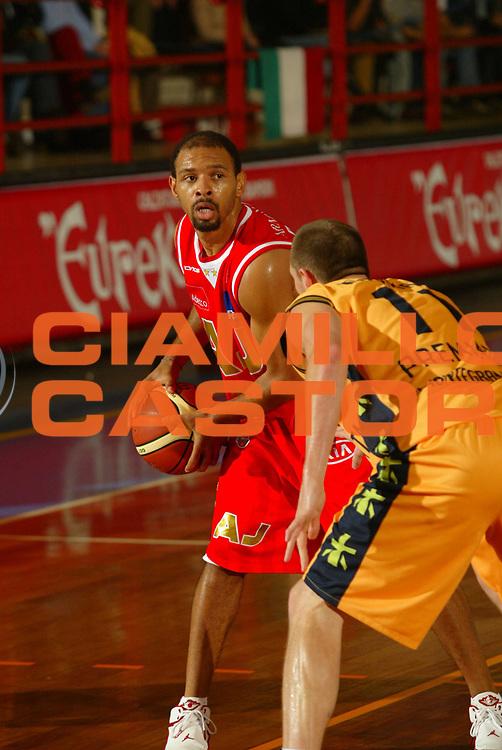 DESCRIZIONE : Porto San Giorgio Lega A1 2006-07 Premiata Montegranaro Armani Jeans Milano<br />GIOCATORE : Garris <br />SQUADRA : Armani Jeans Milano    <br />EVENTO : Campionato Lega A1 2006-2007 <br />GARA : Premiata Montegranaro Armani Jeans Milano   <br />DATA : 22/10/2006 <br />CATEGORIA : Palleggio <br />SPORT : Pallacanestro <br />AUTORE : Agenzia Ciamillo-Castoria/M.Marchi