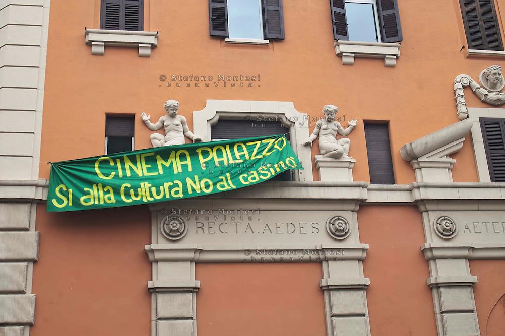 Roma 15 Aprile 2011.Occupata la  ex sala cinema Palazzo in Piazza dei Sanniti al quartiere San Lorenzo da associazioni e il comitato di quartiere per protestare contro l'apertura di un Casino' all'interno della struttura.