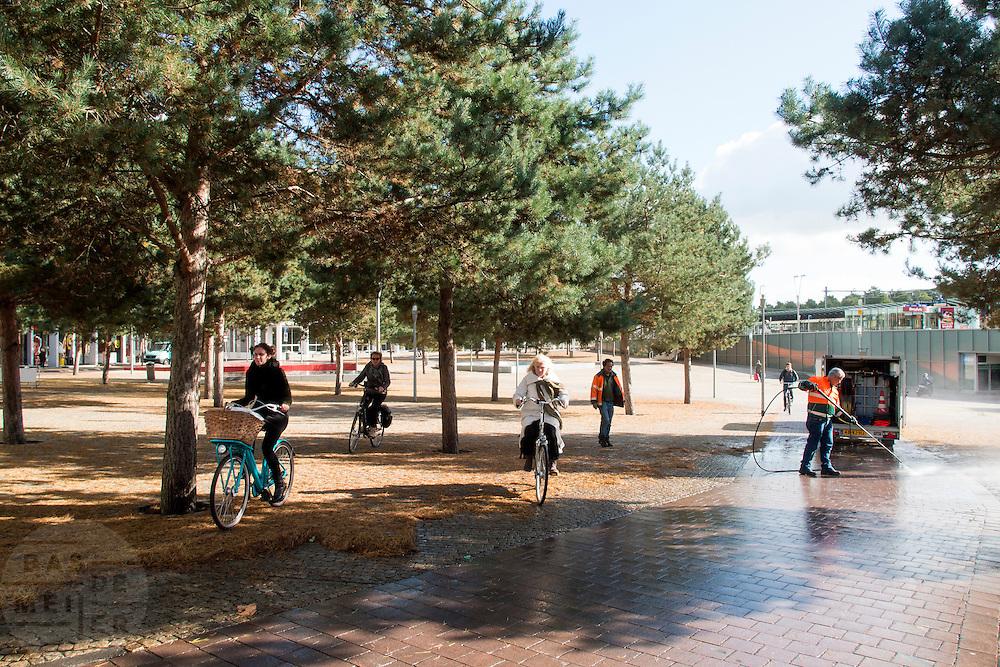 Fietsers moeten voor het station van Apeldoorn uitwijken omdat het fietspad wordt gereinigd.<br /> <br /> Cyclists have to make a detour because the bike path in front of Apeldoorn station is cleaned.
