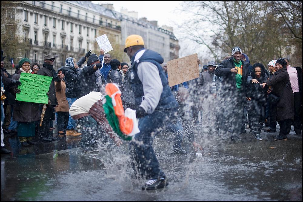 Des partisans de L.Gbagbo manifestent place de la république à Paris.