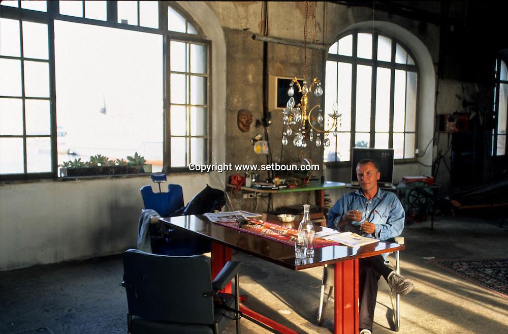 = Bosbach artiste allemand; atelier dans la digue du port  Marseille  France///workshop of Bosbach German artist. in the port.  Marseille  France  /+