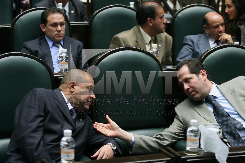 Toluca, Mex.- Los diputados Eruviel Avila (izq) y Aaron Urbina (der) del PRI, conversan durante la sesion del Congreso del Estado de Mexico donde se discue el decreto para la aprobacion de la ley de ingresos. Agencia MVT / Mario Vazquez de la Torre. (DIGITAL)<br /> <br /> <br /> <br /> <br /> <br /> <br /> <br /> NO ARCHIVAR - NO ARCHIVE