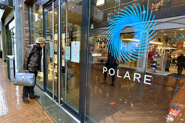Nederland, Nijmegen, 13-2-2014 De vestiging van Polare in het centrum van Nijmegen is gesloten. Tijdelijk volgens de directie. Het bedrijf heeft surseance van betaling aangevraagd, wat duidt op een naderent faillisement. De medewerkers van deze winkel bedanken via het raam het publiek voor de steun die zij krijgen, met name vis een Facebook pagina. De zelfstandige boekhandel Roelants probeert een doorstart voor de winkel te regelen.Foto: Flip Franssen/Hollandse Hoogte