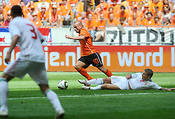 05-06-2010 VOETBAL: NEDERLAND - HONGARIJE: AMSTERDAM<br /> Nederland wint met 6-1 van Hongarije / Wesley Sneijder en Laszio Bodnar<br /> ©2010-WWW.FOTOHOOGENDOORN.NL