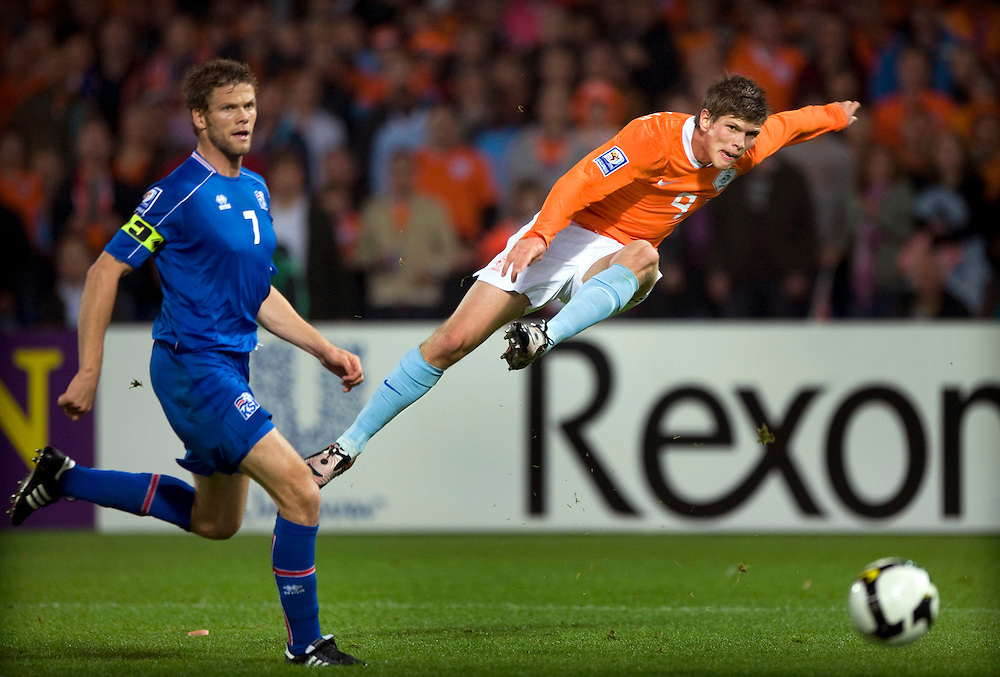 Nederland, Rotterdam, 11-10-2008.<br /> Voetbal, Internationaal.<br /> Kwalifikatieronde WK 2010.<br /> Nederland - IJsland : 2-0.<br /> Klaas-Jan Huntelaar scoort de 2-0 voor Nederland. De IJslander Hermann Hreidarsson kijkt toe.<br /> Foto: Klaas Jan van der Weij / Sportstation