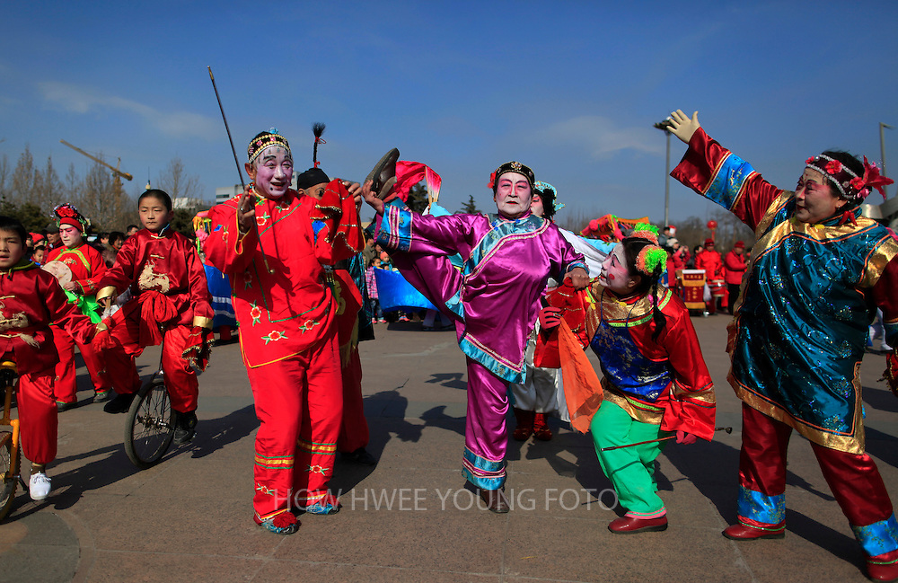 epa03584954 Chinese actors perform a traditional dance on the last day of the Spring Festival holiday, marking the Lunar New Year, at a temple fair in a park in Beijing, China, 15 February 2013. China is celebrating the last day of the annual holidays of Spring Festival or Lunar New Year of the Snake, according to the traditional twelve year zodiac cycle.  EPA/HOW HWEE YOUNG