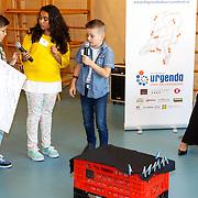 NLD/de Meern/20151009 - Voorleesactie prinses Laurentien + Jan Terlouw boek 'Kapsones', Laurentien luisterend naar voorlezende scholieren