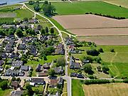 Nederland, Gelderland, Gemeente Buren; 27-05-2020; Rijswijk, Rijnbandijk richting Amsterdam-Rijnkanaal. De smalle (en steile) Rijnbandijk moest verhoogd en versterkt worden (na het hoogwater van 1995). Om sloop van de huizen te voorkomen zijn in de dijk damwanden geplaatst en is op de dijk een keermuur aangebracht. om toegang tot de huizen te garanderen zijn ter plaatst coupures – uitsparingen in de keermuur - aangebracht.<br /> Rijswijk, the narrow (and steep) Rhine winterdike needed to be raised and strengthened (after the high water of 1995). To prevent demolition of the houses, sheet piling has been placed in the dike and a retaining wall has been installed on the dike. In order to guarantee access to the houses, denominations - recesses in the retaining wall - have been made on the spot.<br /> <br /> luchtfoto (toeslag op standaard tarieven);<br /> aerial photo (additional fee required)<br /> copyright © 2020 foto/photo Siebe Swar