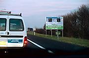 Nederland, Snelweg, 27-11-2002..Informatiebord van rijkswaterstaat bij knooppunt Beekbergen. Experiment om door verplichte snelheidsregulering de file op de A1 te verkleinen...Effect is echter averrechts...Foto: Flip Franssen/Hollandse Hoogte