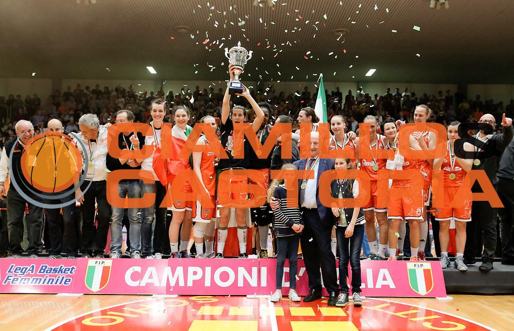 DESCRIZIONE : Schio Lega Basket Femminile A1 2014-15 Finale scudetto gara 5 Famila Wuber Schio Passalacqua Ragusa <br /> GIOCATORE : team squadra<br /> SQUADRA : Famila Wuber Schio <br /> EVENTO : Lega Basket Femminile Finale scudetto gara 5<br /> GARA : Famila Wuber Schio Passalacqua Ragusa <br /> DATA : 04/05/2015<br /> CATEGORIA : <br /> SPORT : Pallacanestro <br /> AUTORE : Agenzia Ciamillo-Castoria/ElioCastoria<br /> Galleria : Lega Basket Femminile 2014-2015 <br /> Fotonotizia : Schio Lega Basket Femminile A1 2014-15 Finale scudetto gara 5 Famila Wuber Schio Passalacqua Ragusa <br /> Predefinita :