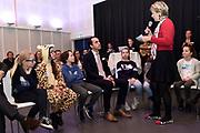 De Raad van Kinderen van het Marine Stewardship Council (MSC) heeft vanmiddag in het Oceanium van Diergaarde Blijdorp adviezen gepresenteerd aan MSC en haar partners, over duurzame visvangst en de rol van verschillende partijen die betrokken zijn in de keten van vangst tot bord. Prinses Laurentien trad namens de door haar opgerichte Missing Chapter Foundation op als facilitator.<br /> <br /> Op de Foto:  Staatssecretaris Martijn van Dam in dialoog over het onderwerp met Prinses Laurentien