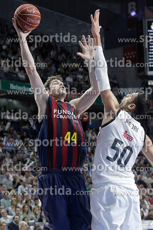12.04.2015, Palacio de los Deportes, Madrid, ESP, Liga ACB, Real Madrid vs FC Barcelona, im Bild Real Madrid's Salah Mejri (r) and FC Barcelona's Ante Tomic // during Liga Endesa ACB match between Real Madrid and FC Barcelona at the Palacio de los Deportes in Madrid, Spain on 2015/04/12. EXPA Pictures &copy; 2015, PhotoCredit: EXPA/ Alterphotos/ Acero<br /> <br /> *****ATTENTION - OUT of ESP, SUI*****