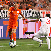 NLD/Amsterdam/20090812 - Nederland vs Engeland, Arjen Robben in duel met Ashley Cole