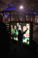 AMSTERDAM, 30 december 2016.<br /> Amsterdam Light festival. Van 1 december 2016 tot en met 22 januari 2017 vindt de vijfde editie van Amsterdam Light Festival plaats. Meer dan 35 kunstwerken en installaties van internationale kunstenaars, designers en architecten verlichten de binnenstad van Amsterdam. De werken zijn langs een vaarroute, de Water Colors en een wandelroute, de Illuminade, geplaatst.<br /> <br /> Beide routes hebben eigen kunstwerken die relateren aan een uniek thema per route. <br /> <br /> Water Colors, vaarroute: A view on Amsterdam <br /> <br /> Kunstenaars zijn uitgedaagd om een nieuwe kijk te geven op de stad en diens architectuur, toekomst en rol op het wereldtoneel. Amsterdam dient als canvas voor nieuwe kunst en lichtinstallaties die een verbinding aangaan met de specifieke kenmerken van de stad. Het thema is door kunstenaars op hun eigen manier geïnterpreteerd, soms historisch, futuristisch of met humor en ironie. De kunstwerken bieden het publiek nieuwe perspectieven en werpen vragen op over de stad. Dit geldt voor zowel bewoners als bezoekers, waardoor een dialoog ontstaat. Kijk hier voor een overzicht van de route en haar kunstwerken.<br /> <br /> Illuminade, wandelroute: biomimicry, inspired by nature<br /> <br /> Biomimicry is de wetenschap waarbij de logica en structuren van de natuur worden toegepast om menselijke problemen op te lossen. Denk aan energie-efficiënte gebouwen geïnspireerd door termietenheuvels of antibacteriële oppervlaktes geïnspireerd door rood zeewier. De kunstwerken die geselecteerd zijn gaan gezamenlijk een dialoog aan rondom alle aspecten van het thema biomimicry. Kijk hier voor een overzicht van de route en haar kunstwerken.  <br /> <br /> Biomimicry is niet nieuw, mensen halen al eeuwen hun inspiratie uit de flora- en faunawereld. Wel maken steeds meer disciplines er bewust gebruik van. Er is de laatste tijd steeds meer aandacht voor het onderwerp, iets dat resulteert in verscheidene publicaties, instituten en 