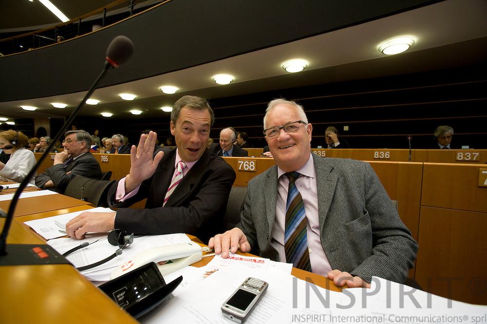 BRUSSELS - BELGIUM - 08 MAY 2008 -- Den britiske EU modstander og MEP Nigel FARAGE siger farvel til MEP Jens-Peter BONDEs på hans sidste dag i Europa Parlamentet. Photo: Erik Luntang