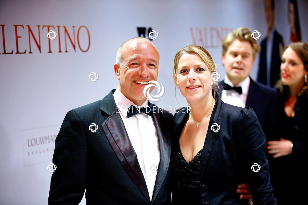 AMSTERDAM - In Tuschinski is de Nederlandse film Valention in premiere gegaan. Diversen bekende Nederlanders kwamen over de rode loper. Met hier op de foto  Tim Coronel met zijn vrouw Cynthia. FOTO LEVIN DEN BOER - PERSFOTO.NU