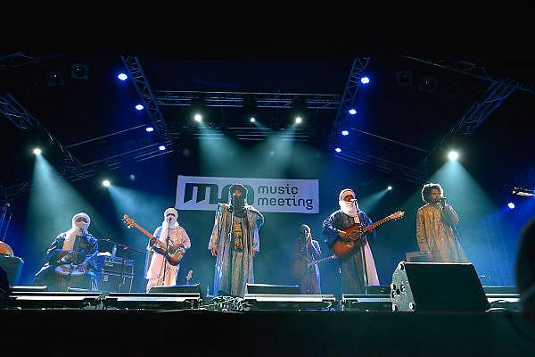 Nederland, Nijmegen, 24-5-2015 MusicMeeting. Fesivalterrein in park Brakkenstein. Tradipioneel met pinksteren. Het mooie weer zorgde voor veel bezoekers en een goede sfeer. Optredens van acts, bands, artiesten uit de wereld muziek, worldmusic, zoals hier Tinariwen, woestijnrock van Touaregs uit Mali.Foto: Flip Franssen/Hollandse Hoogte
