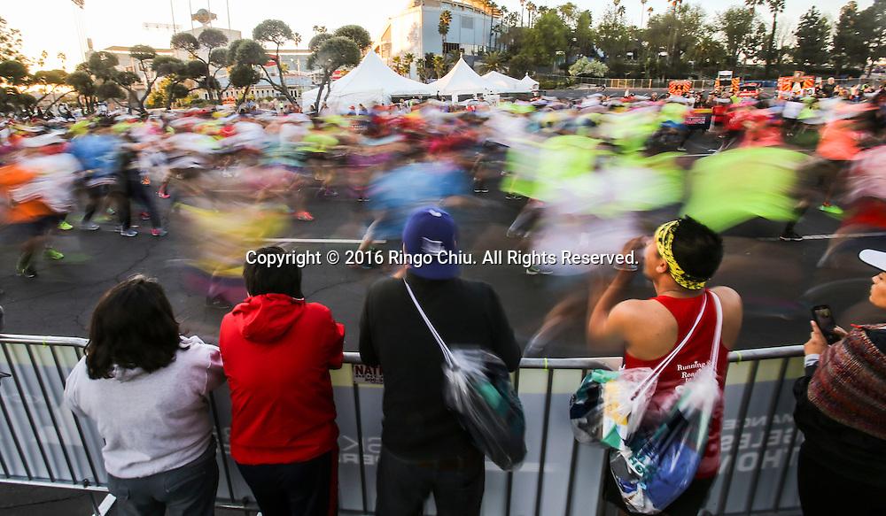 2月14日,选手们从道奇体育场出发。当日,第31届洛杉矶马拉松赛在美国洛杉矶举行。赛事以道奇体育场为起点,途中经过好莱坞星光大道,以圣塔莫尼卡海滩为终点,总长26.2英里,超过25,000名来自美国50个州和62个国家选手参加。新华社发 (赵汉荣摄)<br /> Runners take off from Dodger Stadium during the 31st LA Marathon in Los Angeles, the United States, Sunday, Feb. 14, 2016. More than 25,000 runners from all 50 states and 62 countries participated the 26.2-mile event began at Los Angeles Dodger Stadium and went through Los Angeles, West Hollywood and Beverly Hills and ended in Santa Monica.  (Xinhua/Zhao Hanrong) (Photo by Ringo Chiu/PHOTOFORMULA.com)<br /> <br /> Usage Notes: This content is intended for editorial use only. For other uses, additional clearances may be required.