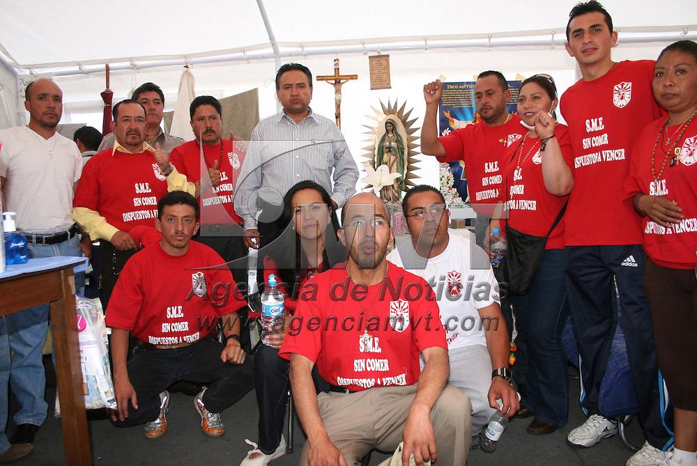 Toluca, Mex.- Mart&iacute;n Esparza, secretario general del ex Sindicato Mexicano de Electricistas (SME), se presento en la ciudad de Toluca para saludar a sus compa&ntilde;eros que se mantienen en huelga de hambre en donde encontr&oacute; a uno de ellos que ya presenta s&iacute;ntomas de desfallecimiento. Agencia MVT / Jos&eacute; Hern&aacute;ndez. (DIGITAL)<br /> <br /> NO ARCHIVAR - NO ARCHIVE