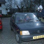 NLD/Heiligelandstichting/19941224 - Posten bij ouderlijk huis familie Emily Bremers, nieuwe partner Willem - Alexander, fotograaf Peter Smulders