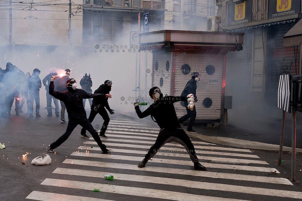 Milano 1 Maggio 2015<br /> Mayday  NoExpo  <br /> Scontri manifestanti polizia durante la manifestazione a Milano,contro l'apertura dell'Esposizione universale Milano 2015.<br /> Milan, May 1, 2015<br /> Mayday NoExpo<br /> Clashes  protesters against police during the demonstration in  downtown Milan, to protest against Universal Exposition Milano 2015.
