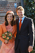 Zijne Hoogheid Prins Floris van Oranje Nassau, van Vollenhoven en mevrouw mr. A.L.A.M. Söhngen zijn donderdag 20 oktober in het stadhuis van Naarden in het burgelijk huwelijk getreden. De prins is de jongste zoon van Prinses Magriet en Pieter van Vollenhoven.<br />
