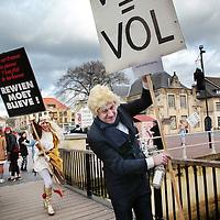 Nederland, Valkenburg a/d Geul, 8 februari 2016.<br /> <br /> Wegens extreme omstandigheden is de grote optocht in Valkenburg afgelast.<br /> Als alternatief heeft een kleine groep carnavalvierders een kleine optocht georganiseerd van zo'n 25 man waarmee ze door de straten van Valkenburg trokken.<br /> Op de foto: Een politieke uiting tijdens de mini optocht.<br /> <br /> Foto: Jean-Pierre Jans