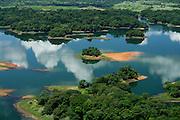 La Represa Madden , terminado en 1935 , confisca el río Chagres en Panamá para formar el lago Alajuela, un depósito que es una parte esencial de la cuenca del Canal de Panamá.<br /> <br /> El lago tiene un nivel máximo de 250 metros sobre el nivel del mar. Es capaz de almacenar un tercio de las necesidades anuales de agua del canal para la operación de las esclusas. Dado que el depósito no es parte de la ruta de navegación , hay menos restricciones en su nivel de agua.<br /> <br /> La represa Madden fue construida para evitar que el flujo de vez en cuando torrencial del río Chagres , una vez salvaje , que desemboca en la ruta de navegación del lago Gatún . Flujo rebelde del río planteaba un desafío importante para la construcción del Canal de Panamá . El agua del embalse de la presa también se utiliza para generar energía hidroeléctrica y el suministro de agua fresca de la Ciudad de Panamá.<br /> <br /> La presa y el embalse detrás de él fueron ambos nombrados por EE.UU. el congresista Martin B. Madden de Illinois , que fue presidente del comité de Apropiaciones de la Cámara durante el período, mientras que los EE.UU. estaba construyendo el Canal de Panamá.<br /> <br />  El embalse , que había sido conocido como el Lago Madden desde el momento de la presa primero entró en funcionamiento , pasó a llamarse Lago Alajuela después de la Zona del Canal revirtió a manos panameñas al final de 1999<br /> ©Alejandro Balaguer/Fundación Albatros Media.