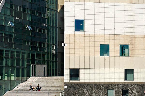 Nederland, the netherlands, Amsterdam, 20-4-2018Stadsgezicht in het centrum van de stad, twee mensen zitten in de zon bij het gerechtsgebouw van justitie .Foto: Flip Franssen