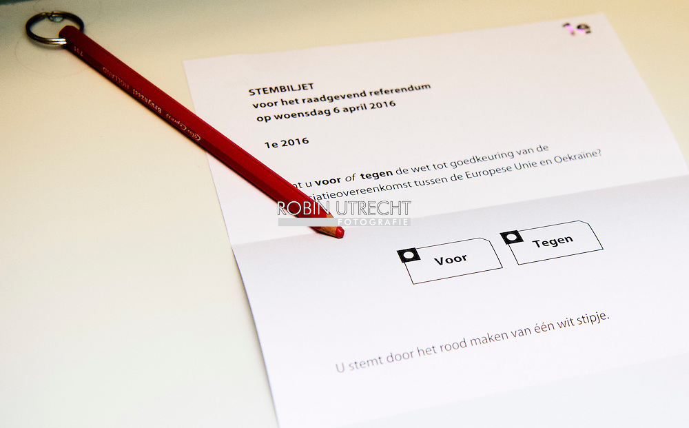 den haag - stemmen , DEN HAAG - Een rood stempotlood in een stemlokaal.  ja of nee Fractieleider van geert wilders pvv brengt een stem uit tijdens het referendum over het associatieverdrag van de EU met Oekraine. op de basischool de walvis   beveiling beveiligers , bewaken , politie , politieagent , copyright robin utrecht den haag - stemmen , DEN HAAG - Een rood stempotlood in een stemlokaal.  ja of nee Fractieleider van geert wilders pvv brengt een stem uit tijdens het referendum over het associatieverdrag van de EU met Oekraine. op de basischool de walvis   beveiling beveiligers , bewaken , politie , politieagent , copyright robin utrecht den haag - stemmen , DEN HAAG - Een rood stempotlood in een stemlokaal.  ja of nee Fractieleider van geert wilders pvv brengt een stem uit tijdens het referendum over het associatieverdrag van de EU met Oekraine. op de basischool de walvis   beveiling beveiligers , bewaken , politie , politieagent , copyright robin utrecht den haag - stemmen , DEN HAAG - Een rood stempotlood in een stemlokaal.  ja of nee Fractieleider van geert wilders pvv brengt een stem uit tijdens het referendum over het associatieverdrag van de EU met Oekraine. op de basischool de walvis   beveiling beveiligers , bewaken , politie , politieagent , copyright robin utrecht den haag - stemmen , DEN HAAG - Een rood stempotlood in een stemlokaal.  ja of nee Fractieleider van geert wilders pvv brengt een stem uit tijdens het referendum over het associatieverdrag van de EU met Oekraine. op de basischool de walvis   beveiling beveiligers , bewaken , politie , politieagent , copyright robin utrecht den haag - stemmen , DEN HAAG - Een rood stempotlood in een stemlokaal.  ja of nee Fractieleider van geert wilders pvv brengt een stem uit tijdens het referendum over het associatieverdrag van de EU met Oekraine. op de basischool de walvis   beveiling beveiligers , bewaken , politie , politieagent , copyright robin utrecht