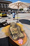 6月18日,美国洛杉矶,一名艺术家正专注在在他的作品佛像。当日, 帕萨迪纳市举办了第二十五届粉笔画绘画艺术节,艺术家们使用超过25000支蜡笔粉笔,跪坐在人行道上,用手中的画笔展现他们的创造力。从古典到现代,从古怪到绚丽,不同的艺术风格让观众眼花缭乱。 。新华社发 (赵汉荣摄)<br /> An artist works on a portrait of Buddhist during the 25th annual Pasadena Chalk Festival in Los Angeles, the United States, June 18, 2017. Hundreds artists using more than 25,000 sticks of pastel chalk to create life-size murals on the city pavement.  (Xinhua/Zhao Hanrong)(Photo by Ringo Chiu)<br /> <br /> Usage Notes: This content is intended for editorial use only. For other uses, additional clearances may be required.
