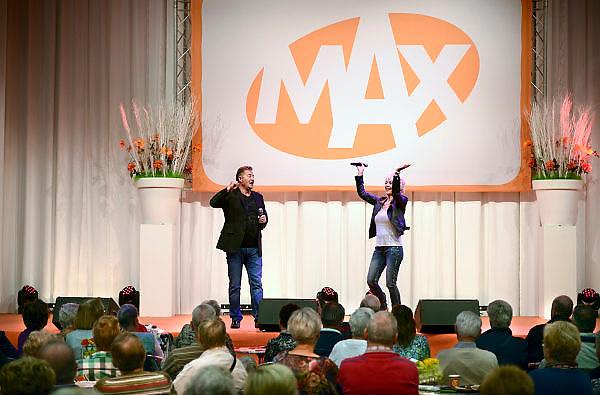 Nederland, Utrecht, 18-9-2013Veel ouderen bezoeken de jaarlijkse 50plus beurs in de jaarbeurshallen. Omroep Max heeft een eigen podium waar Jan Keizer en Annie Schilder, voorheen van BZN, optreden. Max protesteerd op de beurs tegen de bezuinigingen op de publieke omroep. 50 plus; beurs; 50 plusbeurs; 50plus; 50plusbeurs; 50-plus; bejaard; bejaarden; besteden; besteding; bestedingen; euro; geld; holland; inkomen; jaarbeurs; leeftijd; nederland; oud; oudere; ouderen; rijk; rijkdom; senior; senioren; vijftig-plus; aow; pensioen; gepensioneerd; gepensioneerden;Foto: Flip Franssen/Hollandse Hoogte