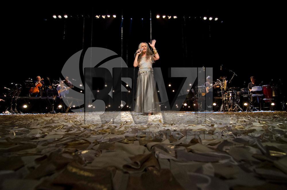 SAO PAULO, SP, 30 DE MARÇO DE 2013 - SHOW MARIA BETHÂNIA - A cantora baiana Maria Bethânia durante apresentação do repertório de seu disco mais recente, Oásis de Bethânia, realizado na noite deste sabado (30) no HSBC Brasil em São Paulo. FOTO: LEVI BIANCO - BRAZIL PHOTO PRESS