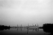 Monfalcone, mar/apr 2005. Morire di amianto. Il calvario di ex operai dei cantieri navali e le loro famiglie. Una nave da crociera in costruzione nei cantieri di Fincantieri.