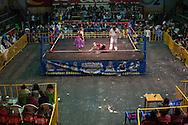 """Yenny Wilma Maraz, """"Marta La Alteña"""" (centro) se queja de un golpe ilegal ante el referee durante su lucha con Jennifer """"Dos Caras"""". Las Cholitas usan la vestimenta tradicional de los Aymara cuando entran al ring a luchar, el 19 de Febrero de 2012."""