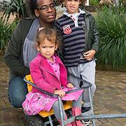 Amsterdam, 18 september 2013. In aanwezigheid van een aantal BN'ers werd vandaag in Artis de nieuwste Bugaboo Andy Warhol gelanceerd. Hiervoor hield bioloog Freek Vonk een inleidend gesprek over insecten. Op één van de prints van de nieuwe Bugaboo zijn namelijk insecten afgebeeld. Op de foto: Rogier Komproe met zoon Noah en dochter Alfi.