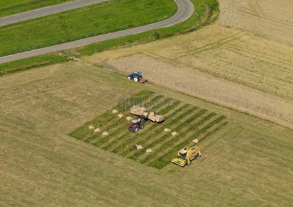20110801 0193 Proefveld met graszaad wordt met combine gedorsen