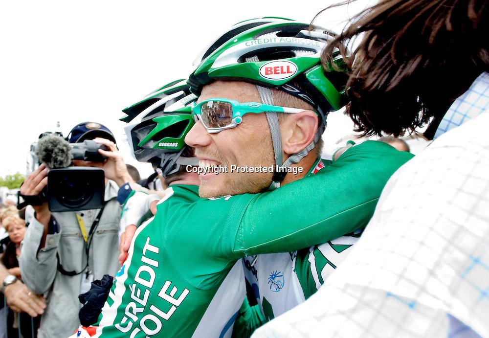Saint-Brieuc, 20080706. Tour de France, sykkel. Thor Hushovd spurtet til seier på den 2.etappen i Tour de France. Her sammen med en lagkamerat etter målgang...Foto: Daniel Sannum Lauten/Dagbladet