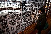 Ishinomaki  Minato Shogako  Photographies  11 mars 2012.Le Minato Shogako fut un centre de réfugiés jusquen septembre 2011. Aujourdhui, les anciens résidents se retrouvent pour une commémoration. Une exposition de photographies retrace les moments de cette vie communautaire.