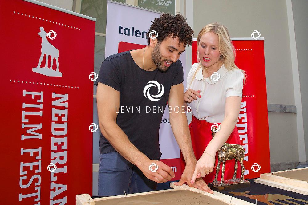 UTRECHT - Het maken van de Gouden Tegel-handafdrukken van Gouden Kalf-winnaars Marwan Kenzari (WOLF) en Hadewych Minis (BORGMAN) op de Talent & Pro Filmboulevard. Met hier op de foto  Marwan Kenzari en Hadewych Minis. FOTO LEVIN DEN BOER - PERSFOTO.NU