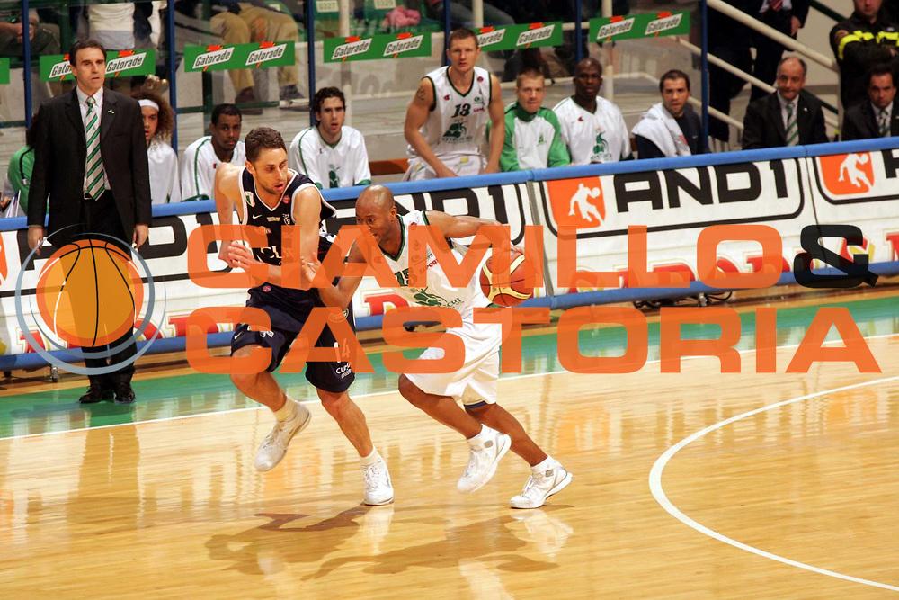 DESCRIZIONE : Siena Lega A1 2005-06 Montepaschi Siena Climamio Fortitudo Bologna <br /> GIOCATORE : Woodward <br /> SQUADRA : Montepaschi Siena <br /> EVENTO : Campionato Lega A1 2005-2006 <br /> GARA : Montepaschi Siena Climamio Fortitudo Bologna <br /> DATA : 08/01/2006 <br /> CATEGORIA : Palleggio <br /> SPORT : Pallacanestro <br /> AUTORE : Agenzia Ciamillo-Castoria/P.Lazzeroni