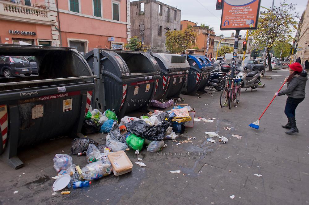 Roma 20 Dicembre 2014<br /> Rifiuti per la strada  in via Tiburtina al quartiere San Lorenzo.<br /> Rome December 20, 2014<br /> Waste on the street in Via Tiburtina to San Lorenzo district.