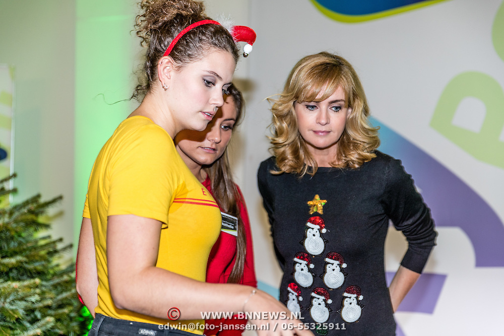 NLD/Amsterdam/20161207 - 8e Sky Radio's Christmas Tree For Charity, winnaars, Daphne Deckers en dochter Emma Deckers