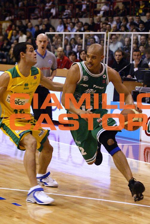 DESCRIZIONE : JESI CAMPIONATO LEGA A1 2004-2005<br />GIOCATORE : GARNETT<br />SQUADRA : BENETTON TREVISO<br />EVENTO : CAMPIONATO LEGA A1 2004-2005<br />GARA : SICC JESI-BENETTON TREVISO<br />DATA : 09/01/2005<br />CATEGORIA :<br />SPORT : Pallacanestro<br />AUTORE : Agenzia Ciamillo-Castoria/E.Pozzo